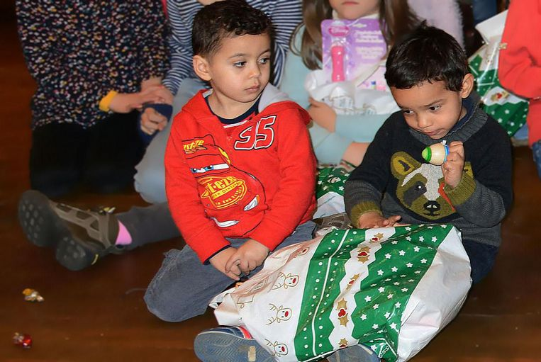 Foto Proot - Twee kinderen openen hun geschenkje